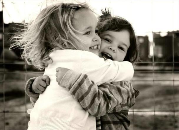 abrazo de niñas