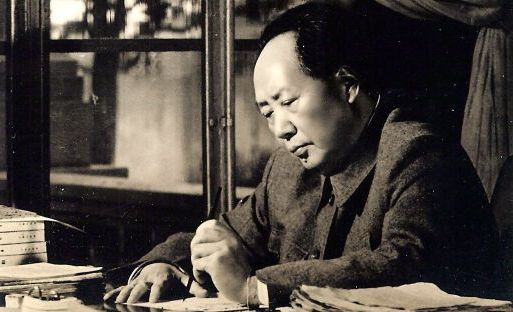 Mao Tse-tung escribiendo
