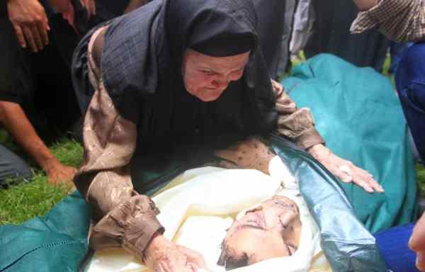 La grand-mère d'Ihsan Al-Agha assiste aux funérailles de son petit-fils