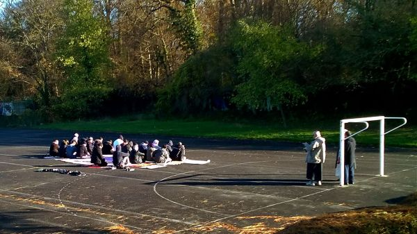 Musulmans de Lagny priant sur un terrain de sport