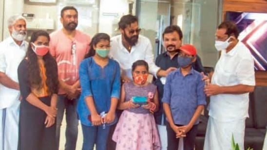 Star organization mother gives mobile phone to children    Kerala    Deshabhimani