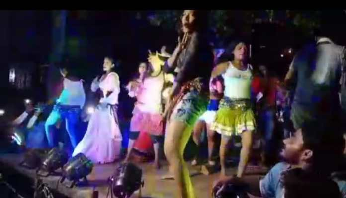 Bagha News: corona protocol violation in bihar, people are dancing without mask with bar girls.