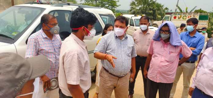 Darbhanga News: DM Dr.Thiyagarajan SM reached Hayaghat, reprimanded for sluggishness in the sluice gate. Watch VIDEO