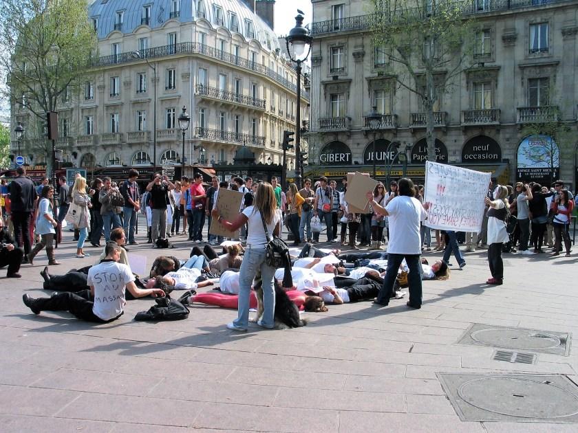 Flashmob contre l'extermination des chiens de Roumanie - Paris 10 avril 2011
