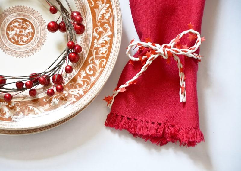 tavola di Natale informale, tutta in rosso e bianco