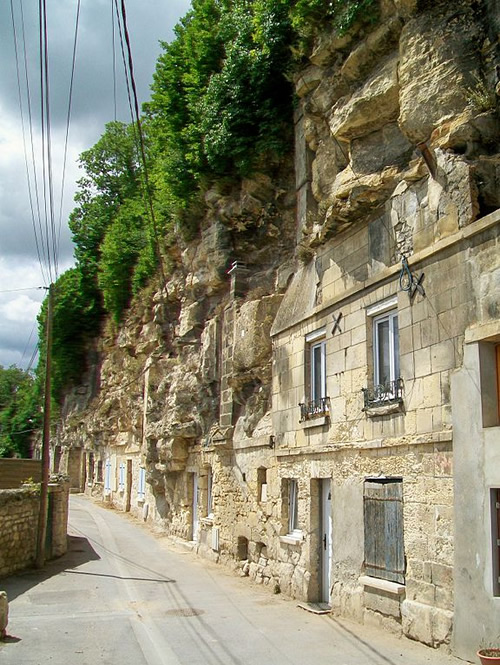 A row of troglodyte houses, in the Impasse des Carrières. This street dominates the valley of the Nonette, at the top of a south-facing hill. Photo by P. Poschadel