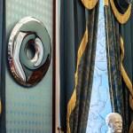 specchio deformato in acciao opera d arte di Oskar Zieta