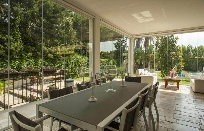 sala da pranzo in veranda chiusa