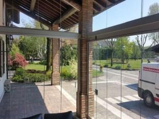 veranda chiusa con vetrata senza telaio
