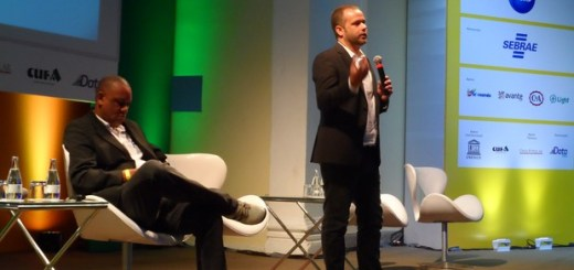 Renato Meirelles, president of Data Popular (standing), and Celso Athayde, founder of Kufa (Photo: Lilian Quaino/G1)