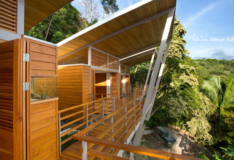benjamin garcia saxe elevates casa flotanta above the trees
