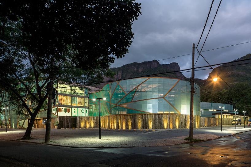 Mareines Patalanos Mopi School Clad With Transparent