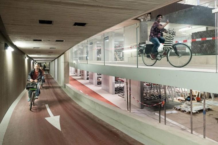 Le plus grand garage à vélos du monde ouvre ses portes dans les Pays-Bas designboom