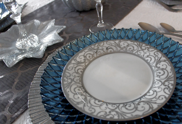 Let me show you how to create a beautiful and elegant table setting that you can use for Christmas Thanksgiving or a Birthday Dinner. It's simple. I have put together some ideas in red and blue to inspire your holiday decor and for parties.