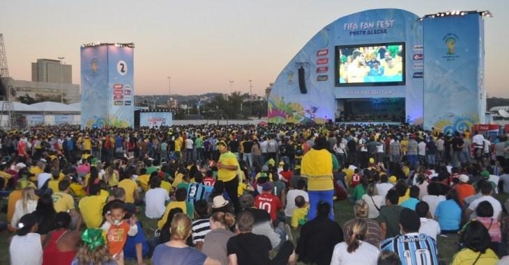 12jun2014---torcedores-em-porto-alegre-acompanham-jogo-da-selecao-brasileiro-em-fan-fest-1402606988842_956x500