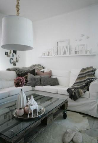 05 - Pallets com vidro servindo de mesa de centro da sala de estar