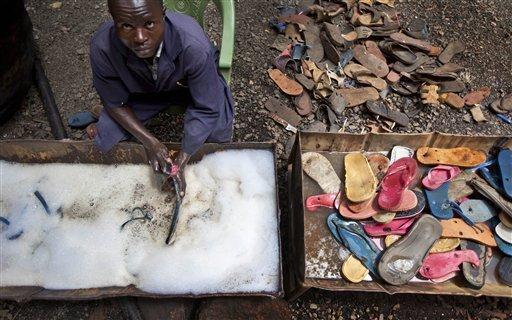 Chinelos são lavados e secados.