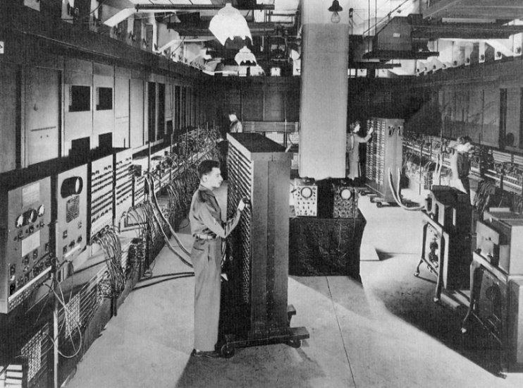 O primeiro computador, 1943, durante a Segunda Guerra Mundial auxiliava o exército norte-americano a fazer cálculos de balística. Pesava 30 toneladas e ocupava uma área de 180 m².