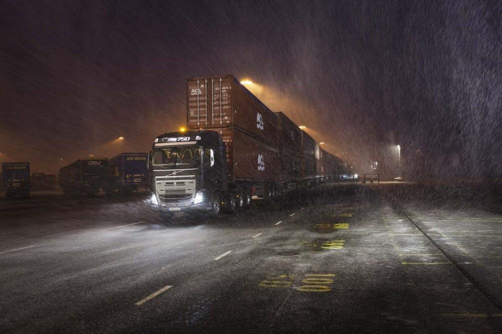 Volvo_Trucks_vs_750_Tonnes_9_lowres