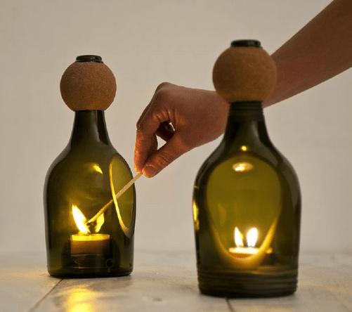 Castiçais de Lucia de Bruno, feitos a partir de garrafas de vidro recicladas.