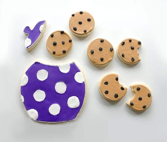 Adorable Sugar Cookies decorated as Chocolate Chip Cookies | by Little Bow Sweets for Design Eat Repeat