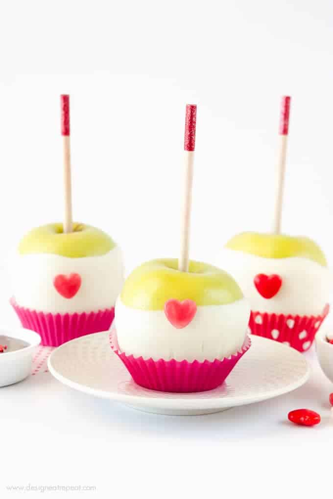 Learn how to make these cute Valentine's Day chocolate dipped apples! Includes product sources and link to printable tag for easy gifting! Tutorial by Melissa at Design Eat Repeat!