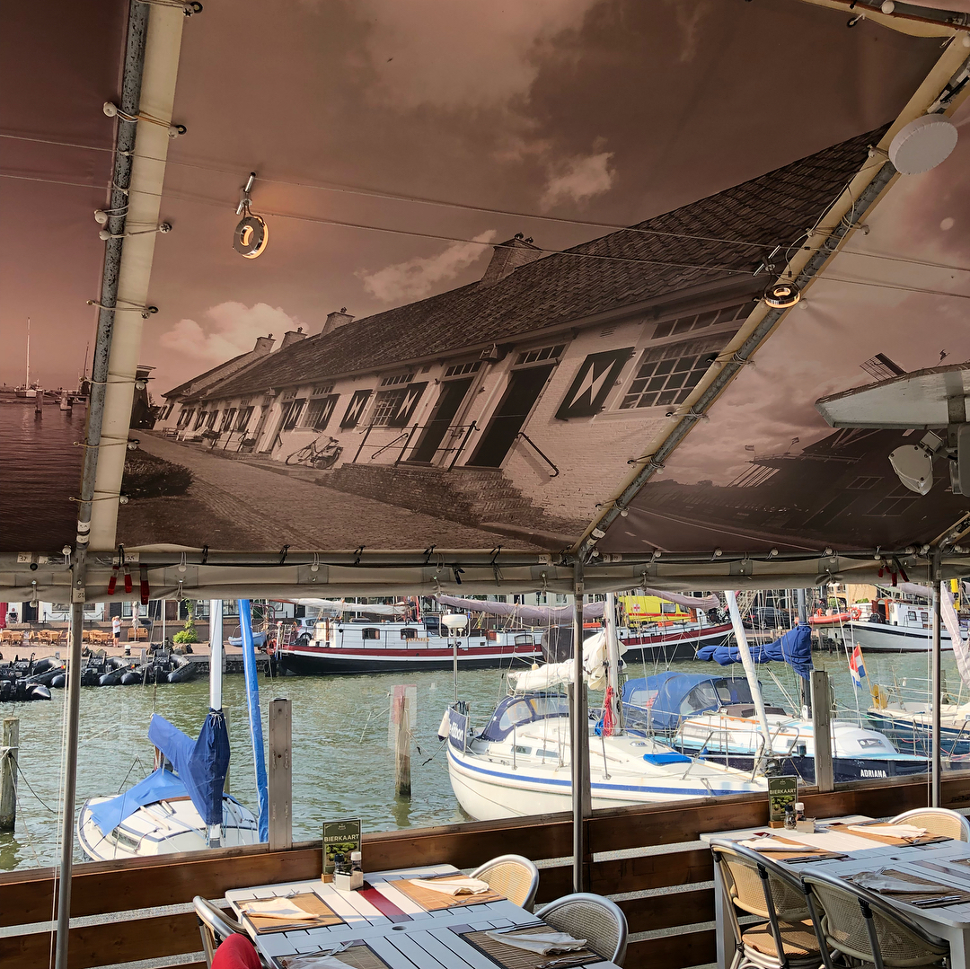 Restaurant d'Artiest plafonddoek oude huisjes