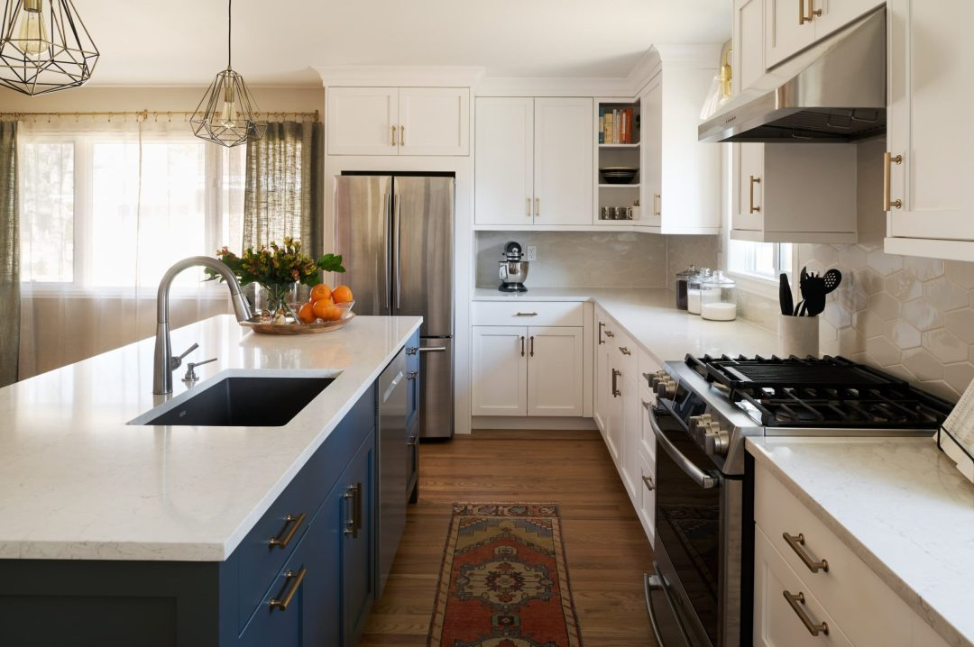 3090SLeyden_Megan Daoust_kitchen, blue island and white counters
