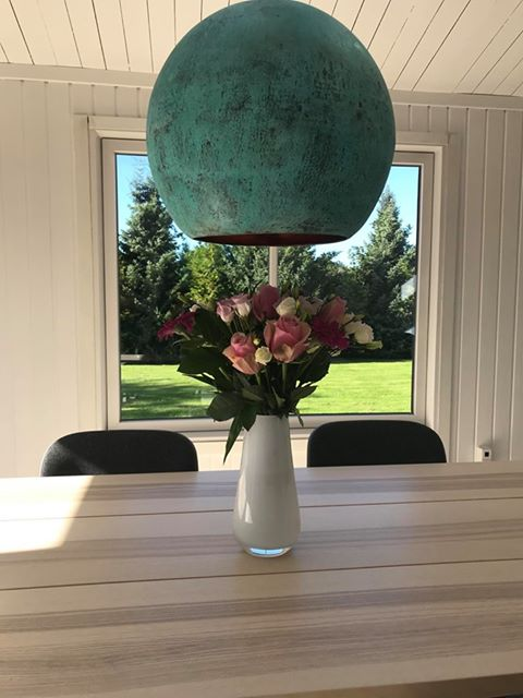 Smukke blomster og smuk lampe