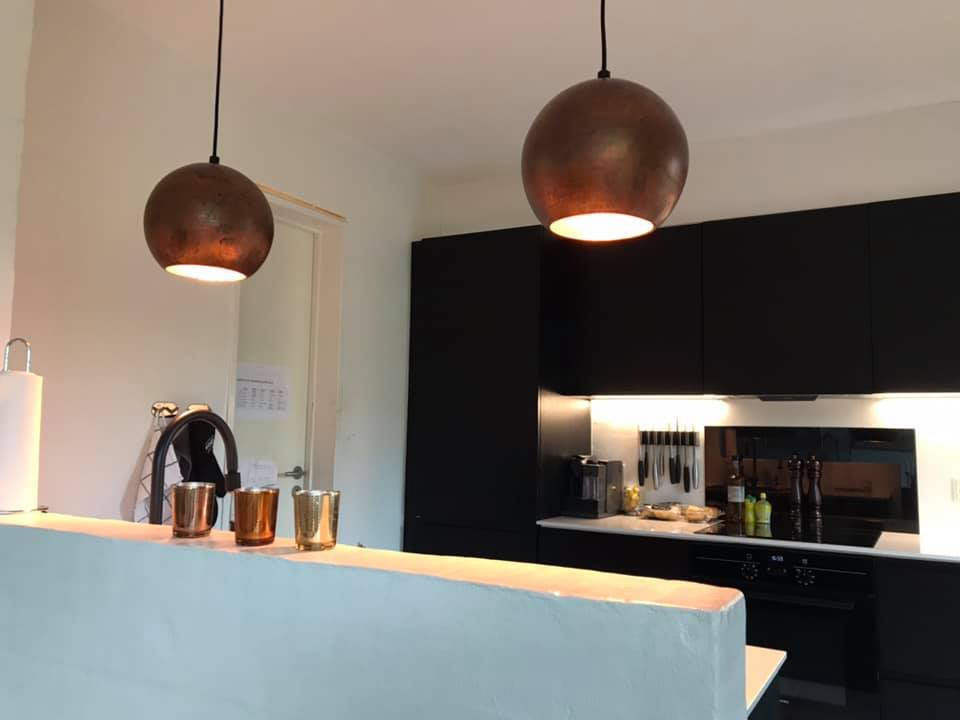 To brune lamper hænger i køkken i Ø25