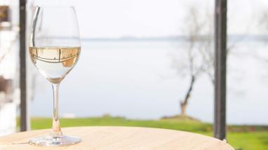 Lounge und Bar am Plöner See mit Seeblick