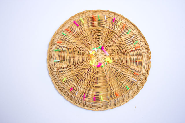 How to decorate baskets with yarn