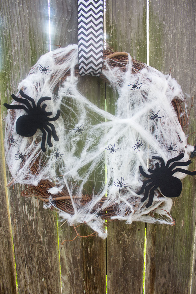 You can make this Halloween wreath in 5 minutes for under $10! || Design Improvised blog