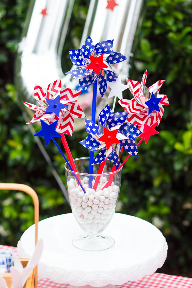 Make a simple pinwheel centerpiece in minutes for your 4th of July party - so simple!