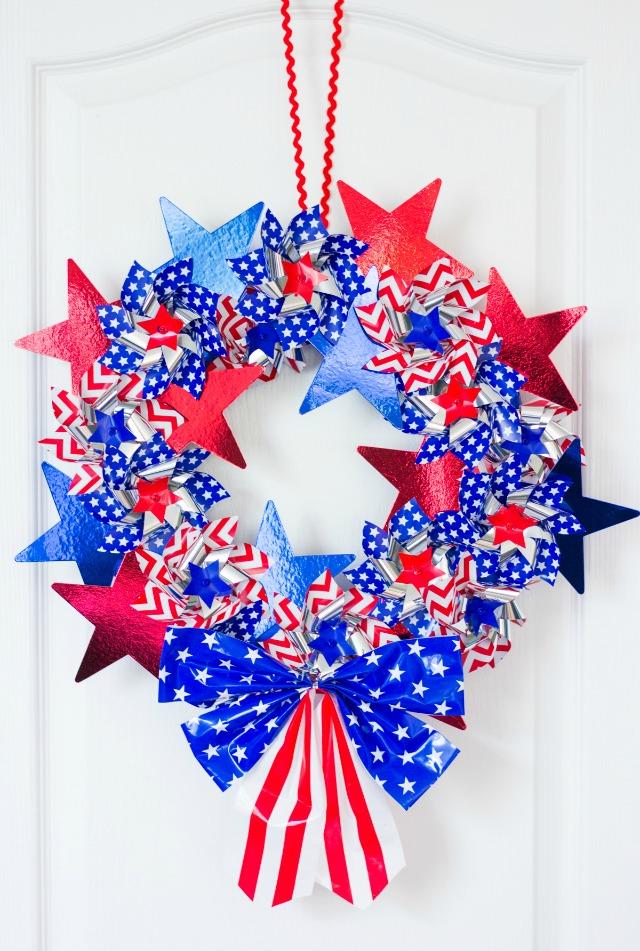 DIY patriotic pinwheel wreath - love all the stars and stripes!