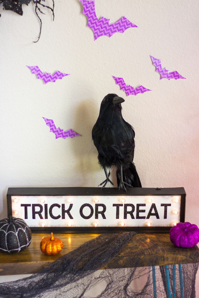 Love this Trick or Treat marquee sign for Halloween. Perfect for putting by your front door to greet Trick or Treaters!