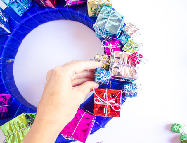 How to make a wreath with Christmas present ornaments
