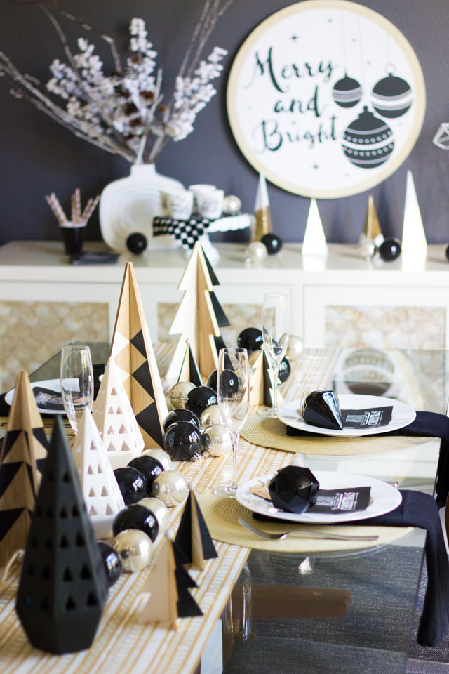 Try a neutral black & white palette for your Christmas decor this season!