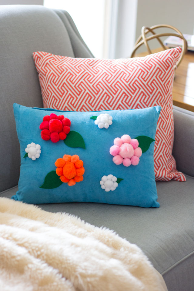 Love this no-sew pillow idea - decorated with pom-pom flowers!