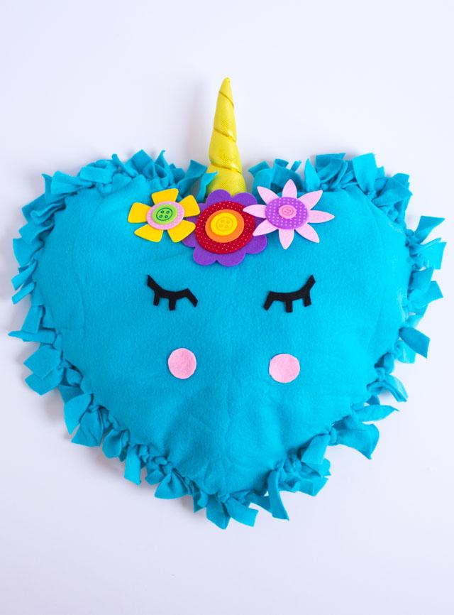 These no-sew unicorn pillows are the perfect kids craft! #unicornpillow #unicorndecor #nosewpillow #unicorncraft