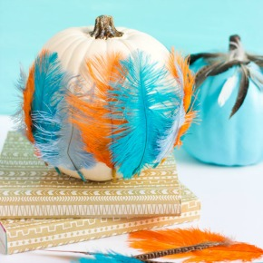 Make these pretty feather pumpkins for fall! #featherpumpkin #pumpkinidea