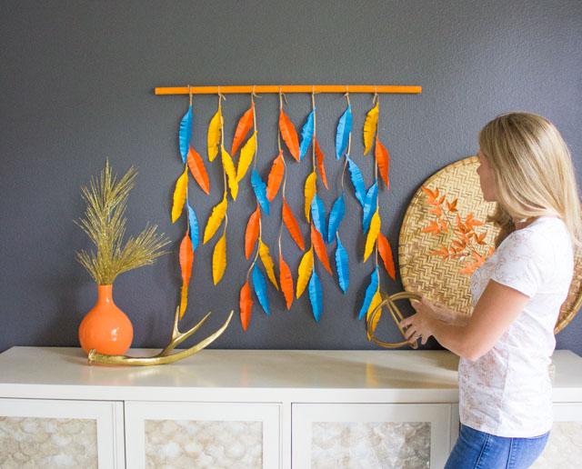 This paper feather wall hanging is so easy to make for fall! #wallhanging #featherwallhanging #paperart #fallcraft