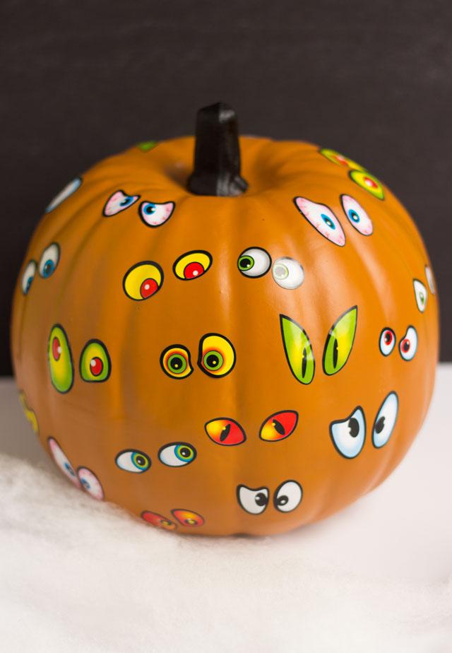 Make these spooky pumpkins in minutes with eyeball stickers- the perfect kids craft! #pumpkinideas #eyeballpumpkin #pumpkincraft