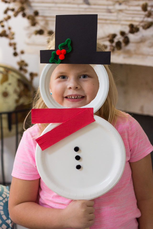 Turn paper plates into the cutest Christmas masks featuring Santa, Mrs. Claus, and Frosty the Snowman! #kidscrafts #kidsChristmascrafts #paperplatecrafts #Christmascrafts