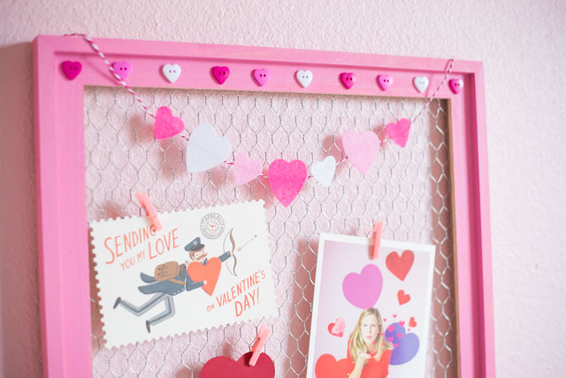 Make this sweet card display with a chicken wire frame - great for Valentine's Day or year round! #carddisplay #chickenwire #valentinescraft #valentinesdaycards #chickenwirecraft