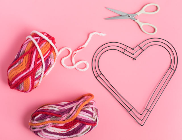 Simple yarn heart wreath - perfect Valentine's Day decor idea! #valentinesdaycrafts #valentinecrafts #heartcrafts #heartwreath #yarncrafts #yarnwreath