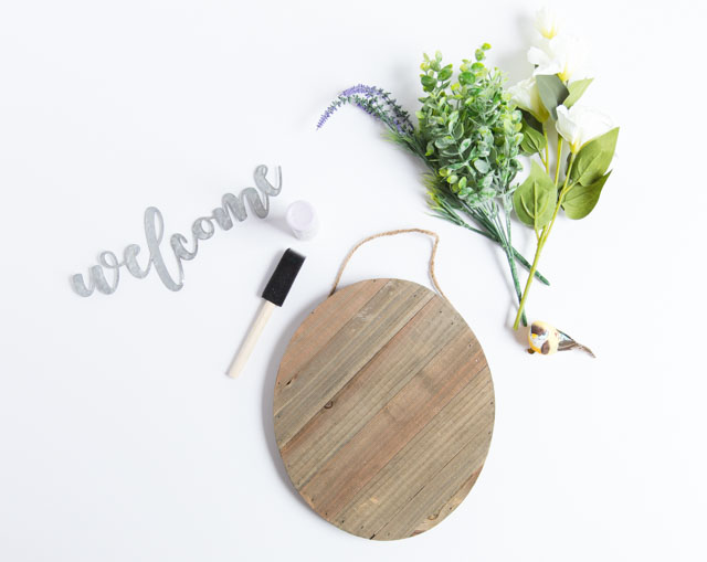 Make this pretty spring wood welcome sign in under 20 minutes! #welcomesign #woodsign #woodwelcomesign #springdecor