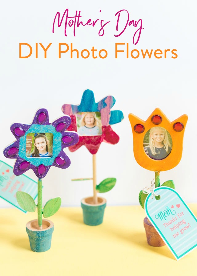 """Make mom these photo flowers with free printable tag that says """"Thanks for helping me grow"""" for Mother's Day! #mothersdaydiy #mothersdaycraft #mothersdayprintable"""