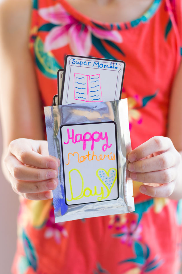 DIY Mother's Day Cards - Super Mom Trading Cards! #diymothersdaycards #handmademothersdaycards #mothersdaycrafts #mothersdaykidscrafts #kidmademodern