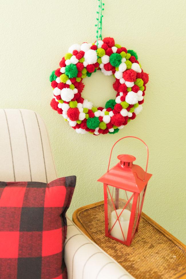 How to make a pom-pom Christmas wreath